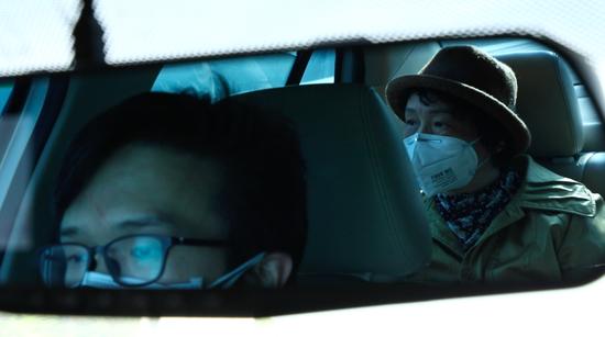 4月13日,敖慕麟开车载母亲去做公证。这辆车是父亲开了七年的车。新京报记者吴琪摄