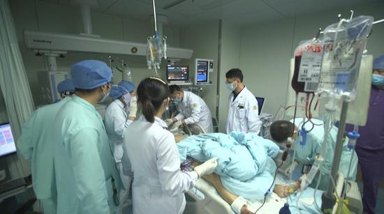 △温岭市第一人民医院,医护人员正在救治伤者