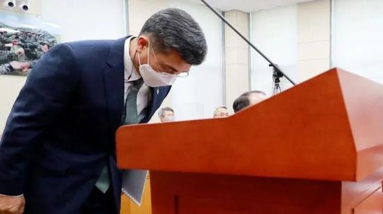·韩国国防部长官徐旭事后向公众道歉。