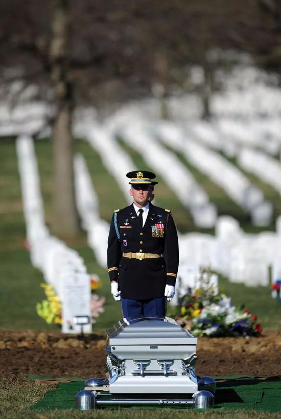 (美军为荣誉退役军人提供墓地和殡葬服务)
