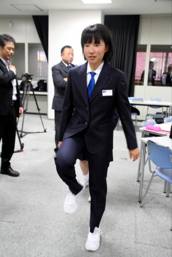 福冈市属中学女生试穿西装裤(朝日新闻)