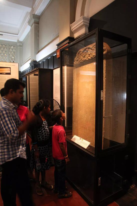 2014年9月,在斯里兰卡首都科伦坡,游客参观斯里兰卡国家博物馆展出的郑和碑。新华社记者冯武勇摄