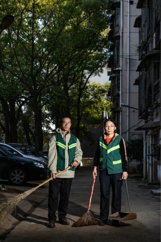 12月3日,赵洪明和高秀莲夫妻在学校马路打扫。