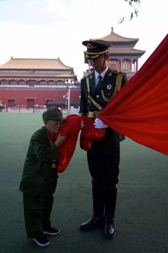 九旬老兵李安甫亲吻国旗。(资料图)