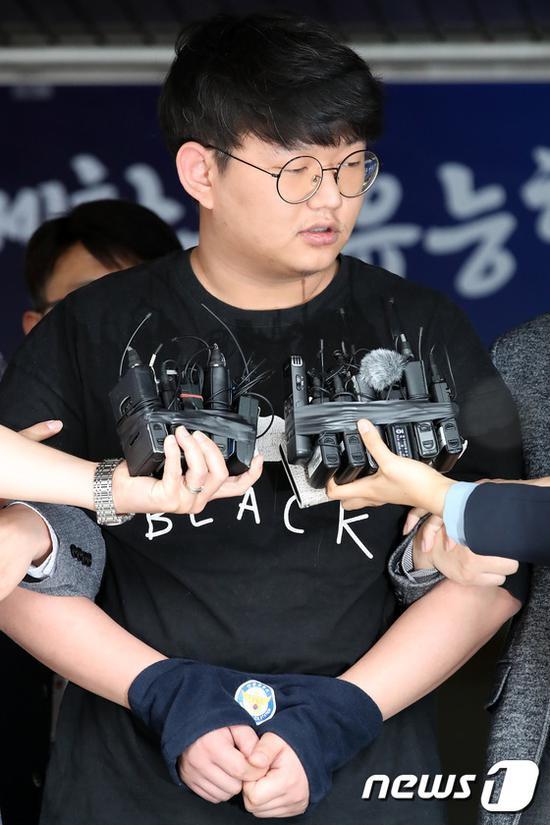 5月18日,<p>  原标题:韩国N号房创建人被公开示众:承认伤害50人 当场道歉</p><img dir=