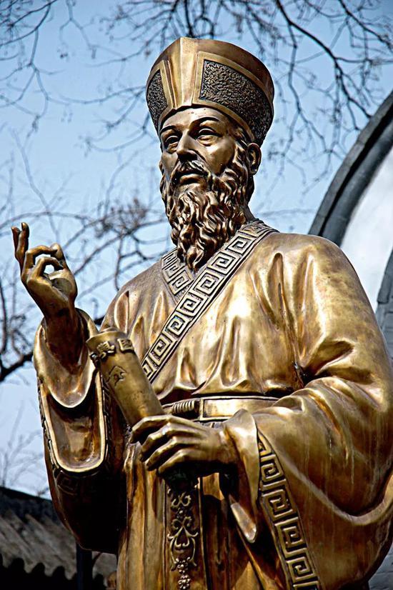 意大利耶稣会传教士利玛窦像。利玛窦在其著作《利玛窦中国札记》中写他到中国友人那里做客,参加了中国的节日活动,体验了当时节庆场面的震撼。