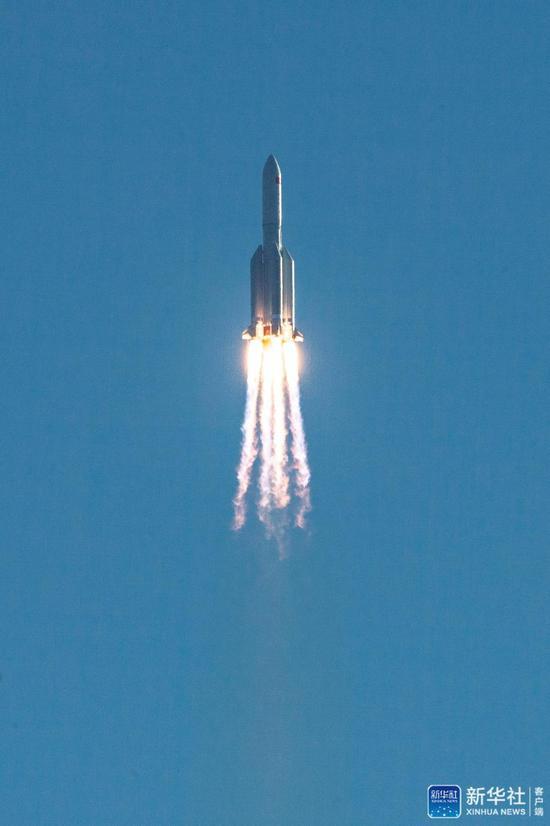 """↑5月5日,为我国载人空间站工程研制的长征五号B运载火箭在海南文昌首飞成功,正式拉开我国载人航天工程""""第三步""""任务的序幕。新华社记者 张丽芸 摄"""