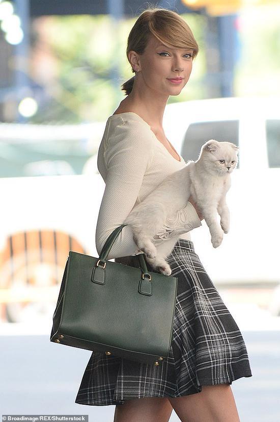 泰勒·斯威夫特和她的宠物猫奥莉维亚。(每日邮报)
