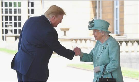 特朗普与英国女王拳碰拳 图源:RT
