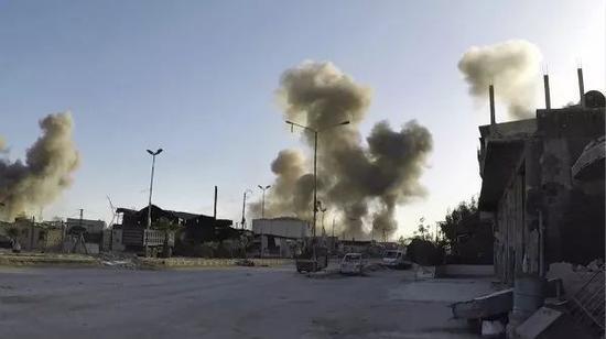 4月7日,叙利亚东古塔地区杜马冒出滚滚浓烟。新华社/法新