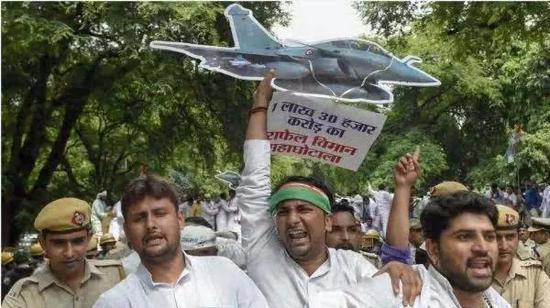 """▲8月30日,新德里民众抗议总理莫迪""""阵风""""战机交易丑闻。(路透社)"""