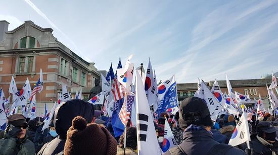 12月8日,朴槿惠声援者在首尔举走示威集会。(《周日首尔》)