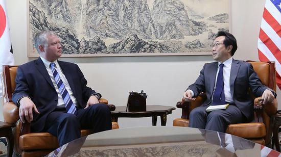 左为美国朝鲜题目特使斯蒂芬·比根(图源:路透社)