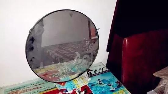 """△""""幼白鞋""""以前用过的镜子,摆在床头柜上。"""