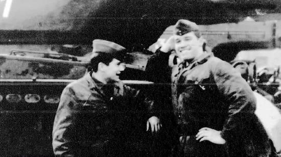 ▲施瓦辛格服兵役时的珍贵照片,图中的背景刚好就是后来的331号M47坦克。