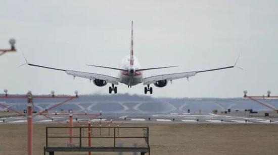 美国航空公司的一架波音737 MAX 8型飞机