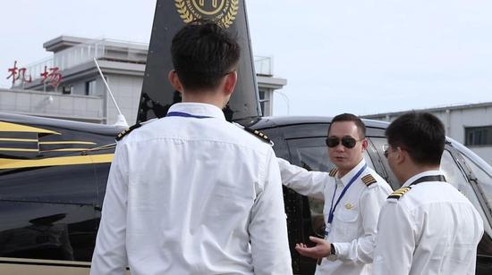 除了飞行教学,姜路军还开展了空中游览、空中婚礼等飞行业务。