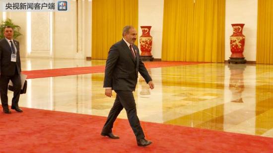 △前来与习近平会面的亚美尼亚总理帕什尼扬。(央视记者许永松拍摄)