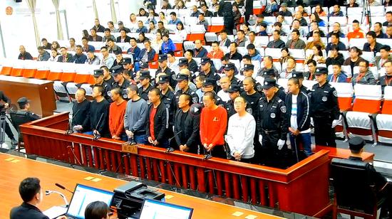 李昆宁(左一)等受审现场