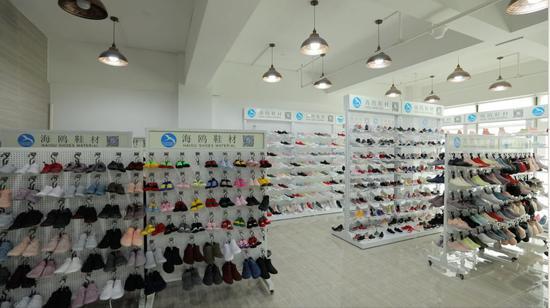 (图为海鸥鞋材店内的鞋面材料和半成品式样)