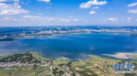 这是位于贵州威宁彝族回族苗族自治县的草海国家级自然保护区(6月19日无人机拍摄)。新华社记者 陶亮 摄