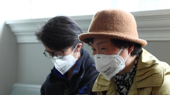4月13日,敖慕麟和母亲在公证处。新京报记者吴琪摄