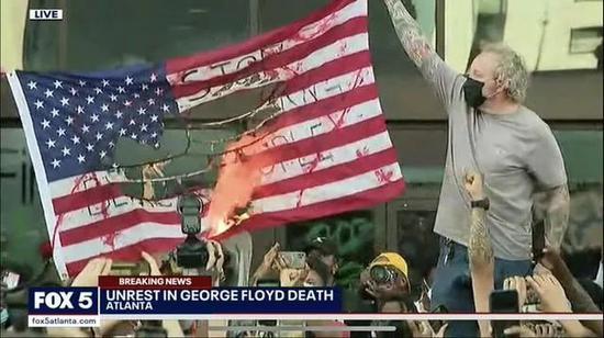示威者烧美国国旗