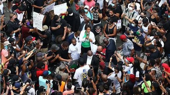华盛顿市长鲍泽尔6日在抗议人群中讲话。图源:央视新闻