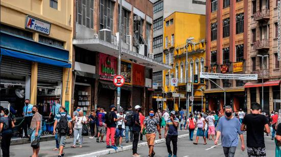 巴西几个大城市最先重新盛开,购物中央展现人群荟萃(图源:Getty)