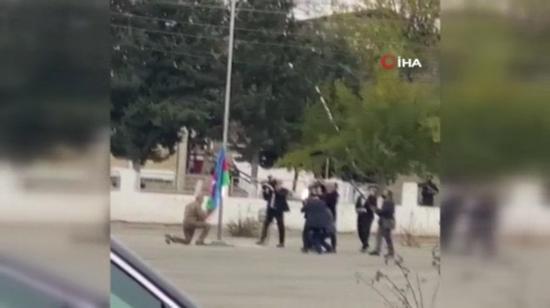 阿塞拜疆总统跪地亲吻国旗