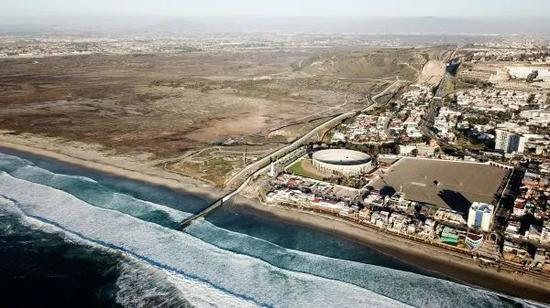 ▲材料图片:这是2019年1月10日在墨西哥边境城市蒂华纳航拍的美墨边境墙。(新华社)