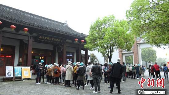 南浔古镇游客服务中心游客正在排队 沈永斌 摄