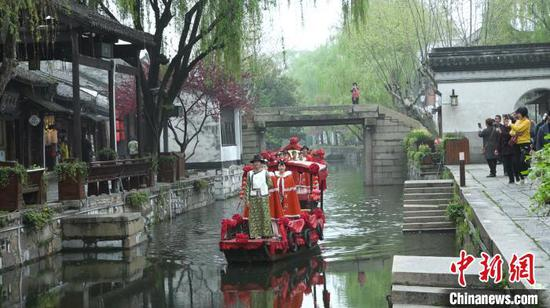 南浔古镇景区为游客们准备了水乡婚礼 沈永斌 摄