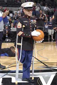 (获得海军贡献奖章的克里斯托夫·卡托上尉受邀在赛前亮相NBA比赛)