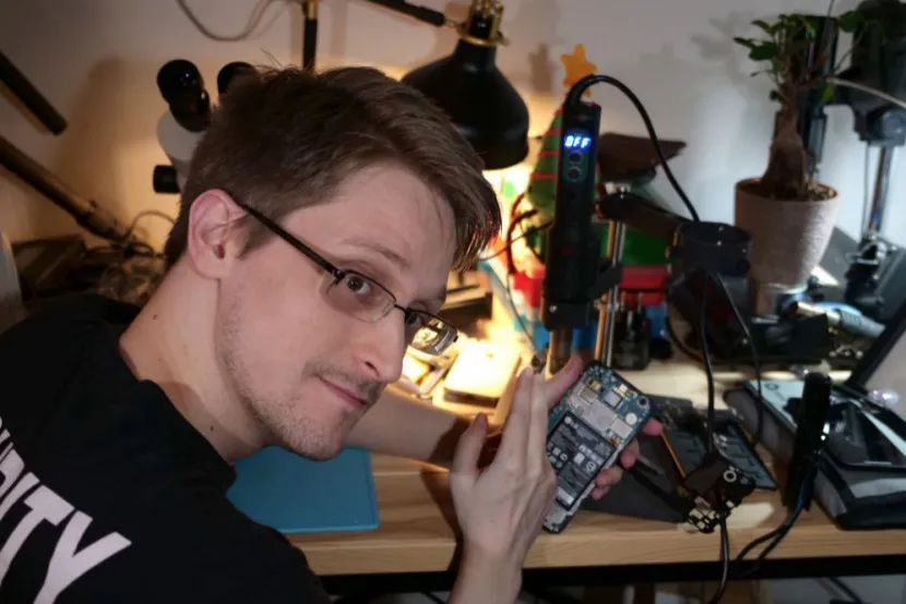 ·斯诺登年轻时便炎衷捣鼓电子产品