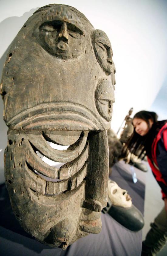 2013年3月,非洲木雕藏品展在江苏省南京艺术学院美术馆举行,参观者在欣赏非洲木雕作品。新华社发