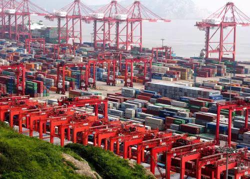 ▲资料图片:上海洋山保税港区内的集装箱货柜(新华社)
