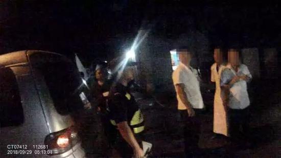 男子拿刀追的哥 被警察轻松拿下