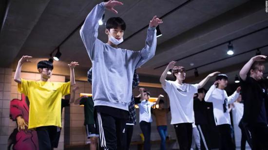 ▲16岁的李在基(左二)在Def Dance参加舞蹈课程 图据CNN