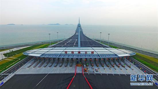 这是10月24日无人机拍摄的港珠澳大桥收费广场。新华社记者梁旭摄