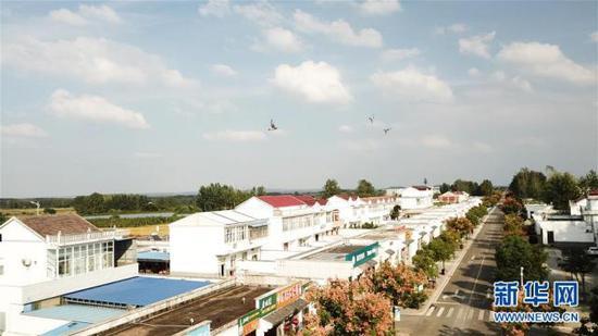 这是安徽凤阳小岗村友谊大道(9月27日无人机拍摄)。 新华社记者 张端摄