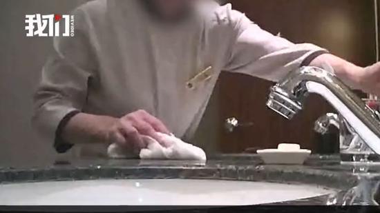 """▲大V曝光高档酒店卫生乱象:一条毛巾共擦杯具马桶。 新京报""""我们""""视频截图"""