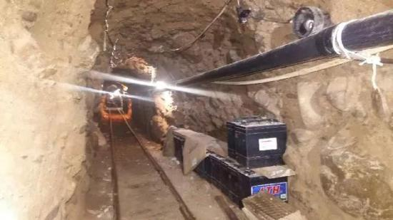 ▲资料图片:图为2015年10月22日,墨警方在墨西哥蒂华纳发现一条疑似用于向美国走私毒品的地下隧道。(新华社/欧新中文)