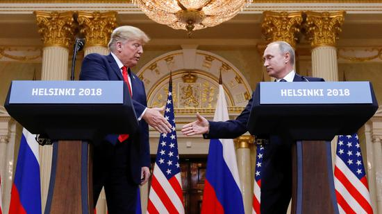 赫尔辛基美俄首脑会见记者时两边握手(图:路透)