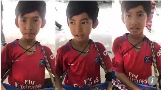 ▲视频中向游客兜售祝贺品的幼男孩 图据《南华早报》