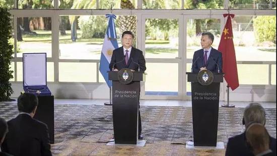 """△习近平在布宜诺斯艾利斯接受阿根廷总统马克里授予的""""解放者圣马丁大项链级勋章"""""""