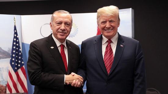 当地时间12月1日,G20领导人峰会期间,特朗普与埃尔众安举走座谈。(图:视觉中国)