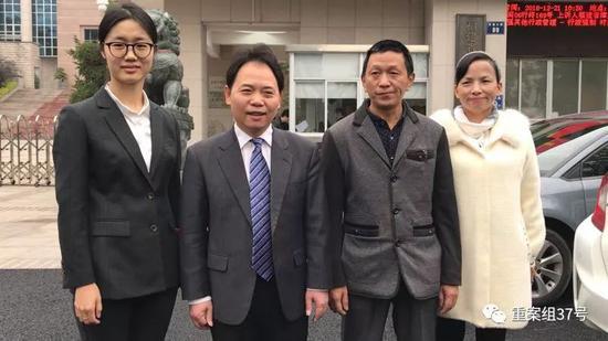 ▲宣判前,刘大蔚父母与辩护律师在法院门口相符影。新京报记者逯仲胜摄
