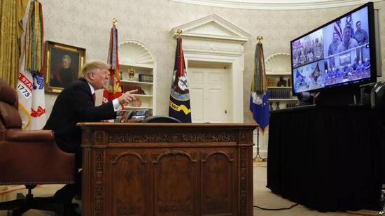 ▲12月25日,特朗普在圣诞节当天始末视频会议问候美军官兵。(美联社)