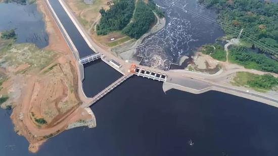 这是2017年12月1日拍摄的由中国承建的喀麦隆曼维莱水电站(航拍照片)